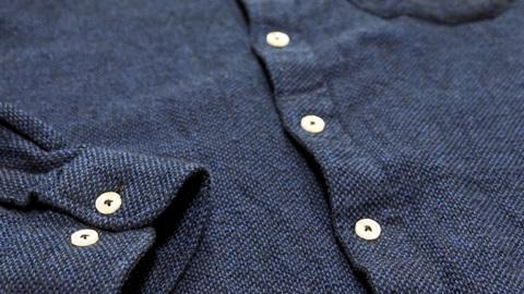 Test de qualité sur des chemises bleu marine