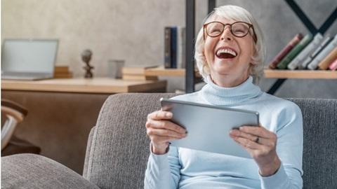 offrir une tablette aux seniors pour se souhaiter de joyeuses fêtes