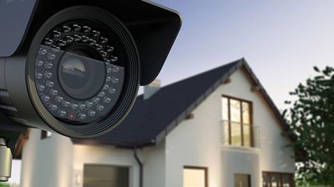 Caméra de surveillance extérieure, à côté d'une maison