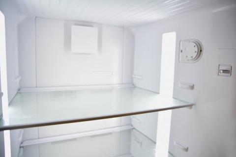 Régage du thermostat à l'intérieur d'un frigo.