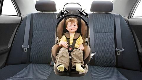 Un enfant dans son siège auto.