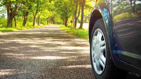 Voiture roulant sur route avec pneu été