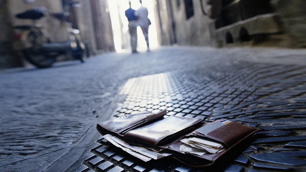 portefeuille par terre